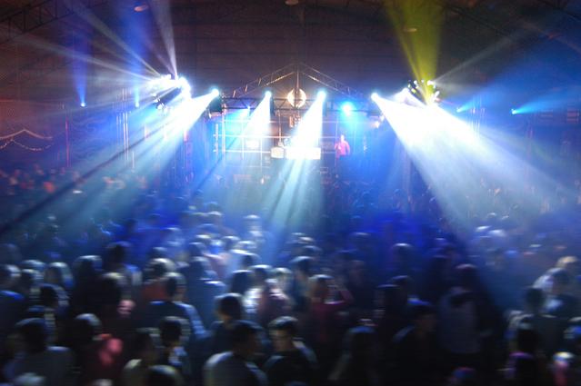 velká párty spoustu lidí, stage se zpěvákem, světla