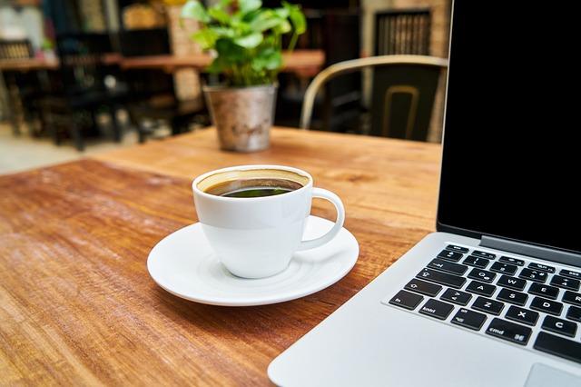 notebook v kavárně