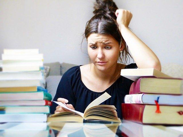 žena hledá v knihách