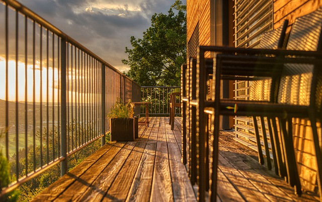 Balkon, židle, západ slunce