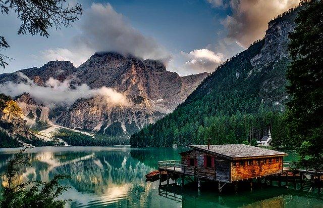 jezero v mlze