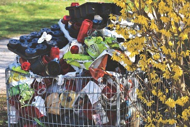 hromada jednodruhových odpadků